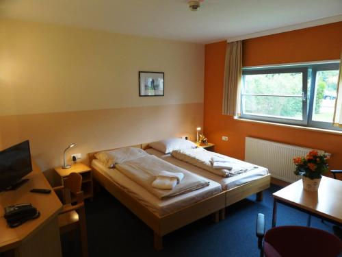 A bed or beds in a room at Feriendorf Muess
