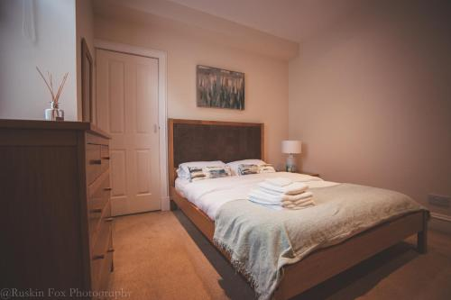 A bed or beds in a room at Apartment B