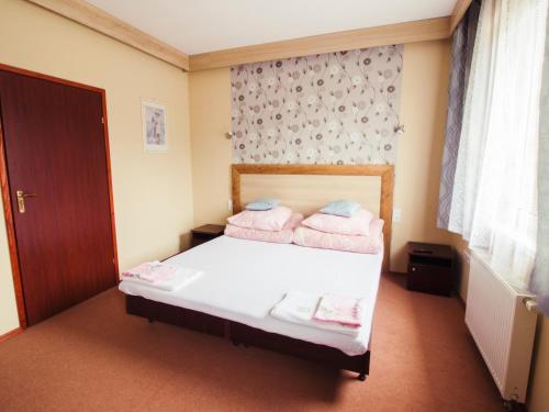 Łóżko lub łóżka w pokoju w obiekcie Restauracja Domenico w Tylawie