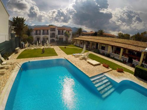 Вид на бассейн в Filorian Hotel Apartments или окрестностях