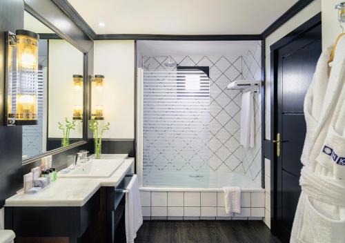 A bathroom at H10 Rubicón Palace