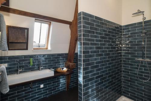A bathroom at Boutique Hotel De Blauwe Pauw