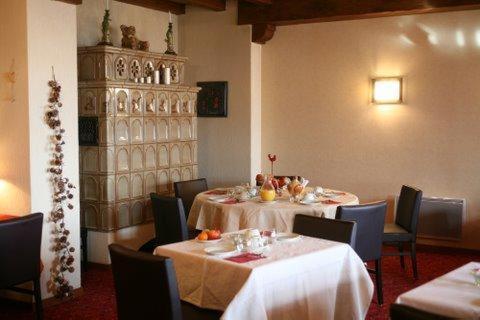 Ein Restaurant oder anderes Speiselokal in der Unterkunft Relais Du Vignoble