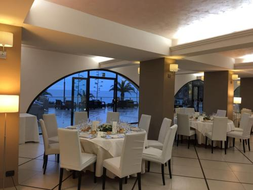A restaurant or other place to eat at Elihotel