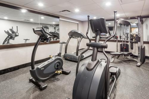The fitness centre and/or fitness facilities at Wingate by Wyndham - Universal Studios and Convention Center