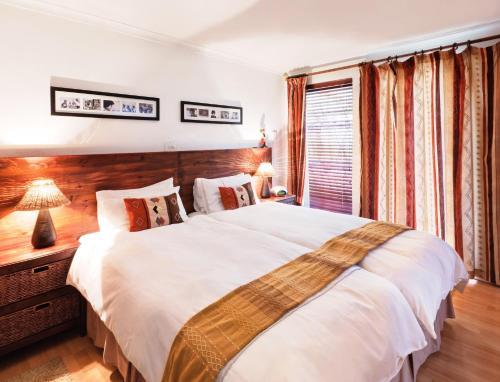 Cama ou camas em um quarto em Tom's Guest House