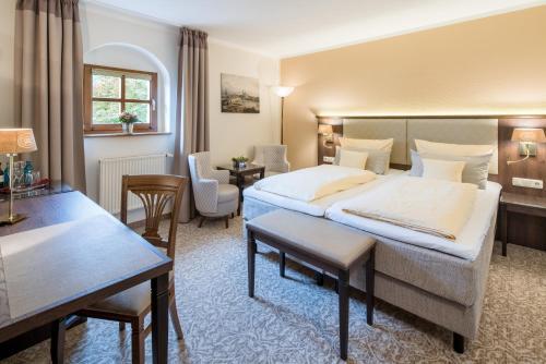 Una cama o camas en una habitación de Schlosshotel Klaffenbach