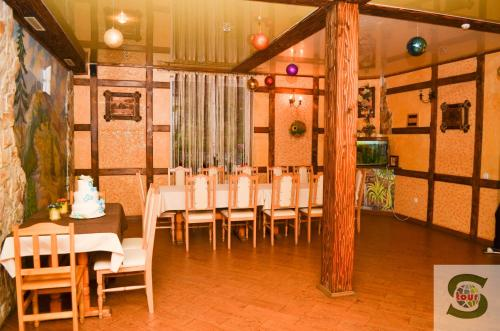 A restaurant or other place to eat at U Kvasu Hotel