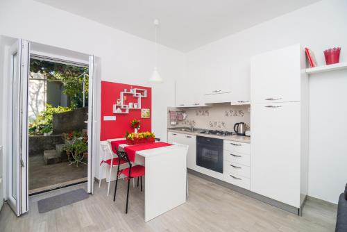 A kitchen or kitchenette at Friendly Apartments