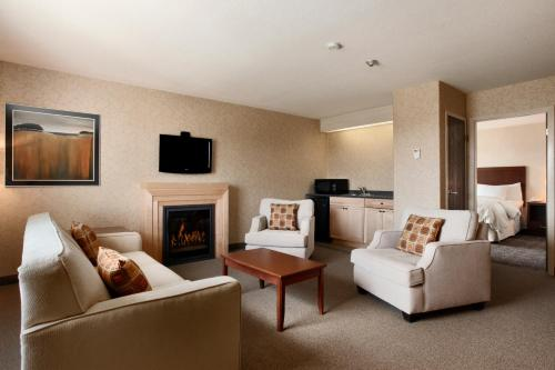 A seating area at Days Inn & Suites by Wyndham Brandon