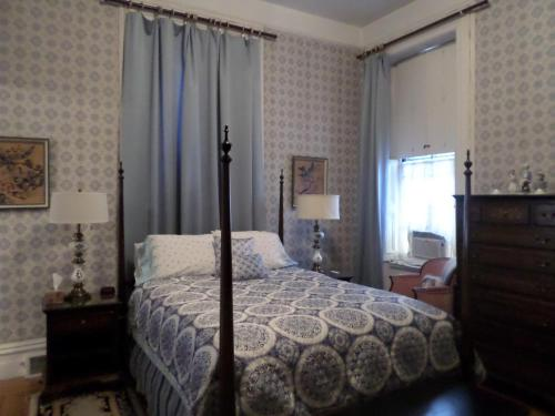 A bed or beds in a room at Hillard House Inn