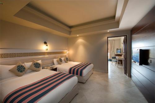 Ein Bett oder Betten in einem Zimmer der Unterkunft Sunrise Arabian Beach Resort