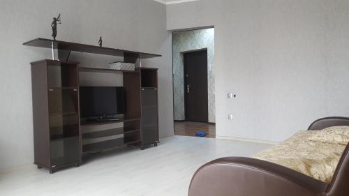 Телевизор и/или развлекательный центр в Apartment on 4-ya Liniya 2