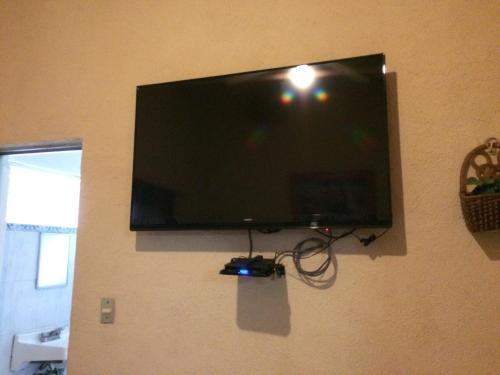 Una televisión o centro de entretenimiento en Hotel Los Reyes