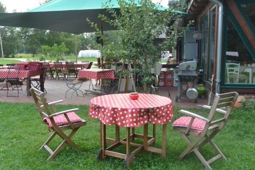 """Ein Restaurant oder anderes Speiselokal in der Unterkunft Ferienhof """"Zum Spreewäldchen"""""""