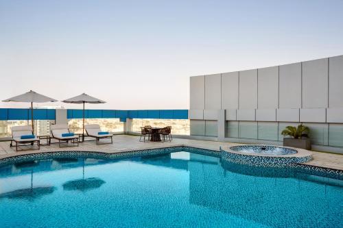 A piscina localizada em Novotel Jeddah Tahlia ou nos arredores