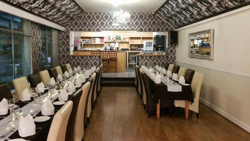 A restaurant or other place to eat at OYO Rothwell House Hotel