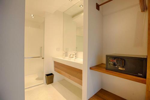 A bathroom at Natee The Riverfront Hotel Kanchanaburi