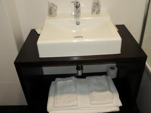 A bathroom at Hotel Vale do Zezere