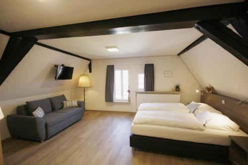 A bed or beds in a room at Gästehaus zur Sonne