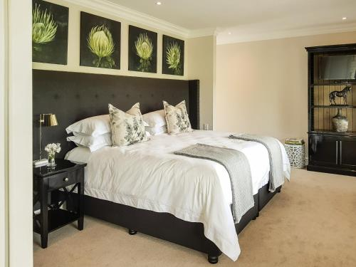 A bed or beds in a room at Bosch Hoek Lodge