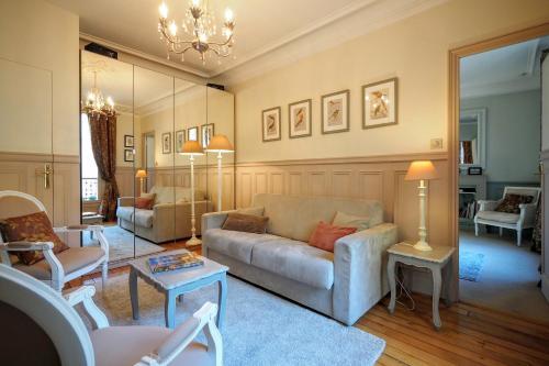 A seating area at Chambre d hôte : Louvre Elegant Apt Suite