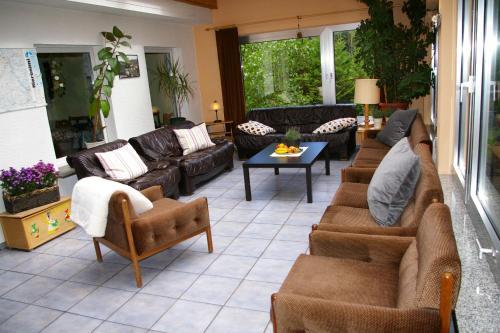 Ein Sitzbereich in der Unterkunft Ferienhaus Waldrand