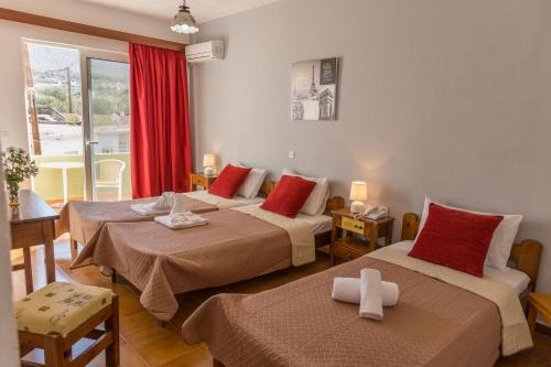 Łóżko lub łóżka w pokoju w obiekcie Tsambika Sun Hotel