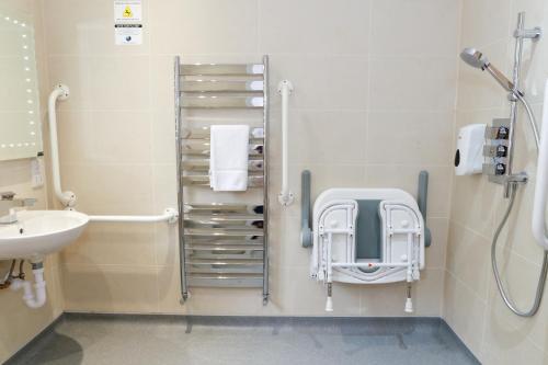A bathroom at Flexistay Leicester Gable Aparthotel