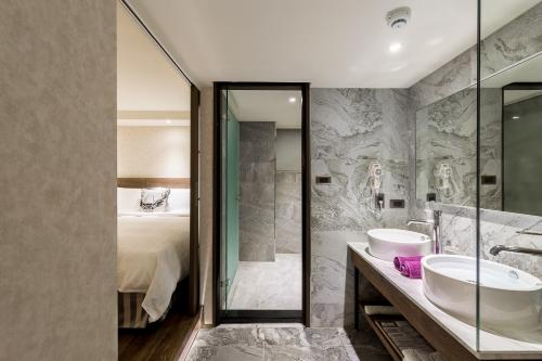 A bathroom at Lan Kwai Fong Garden Hotel