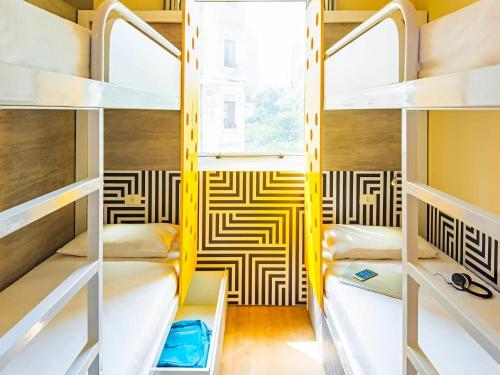 Uma ou mais camas em beliche em um quarto em ibis budget Rio de Janeiro Centro
