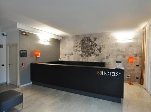 El vestíbulo o zona de recepción de BB Hotels Aparthotel Bicocca