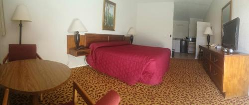A bed or beds in a room at Western Inn Motel & RV Park