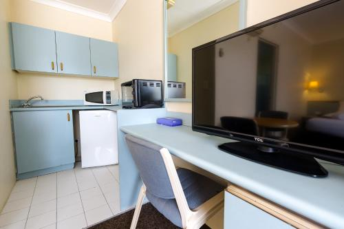 A kitchen or kitchenette at Abcot Inn