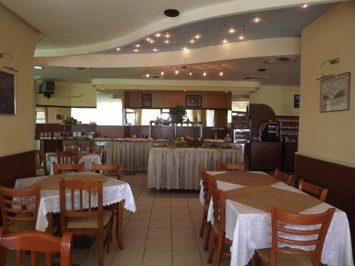 Ресторант или друго място за хранене в Хотел Силвър - Ол Инклузив и Безплатен Паркинг