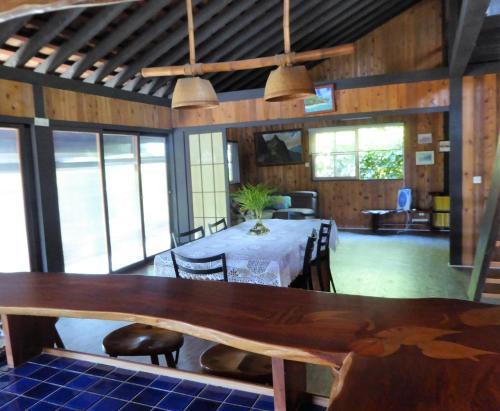 Um restaurante ou outro lugar para comer em Comfortable Maison