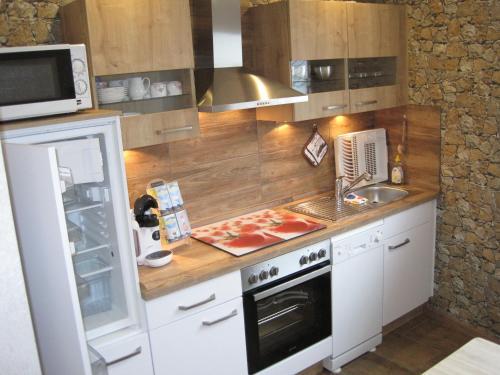 Een keuken of kitchenette bij B&U Fewo Scherhag