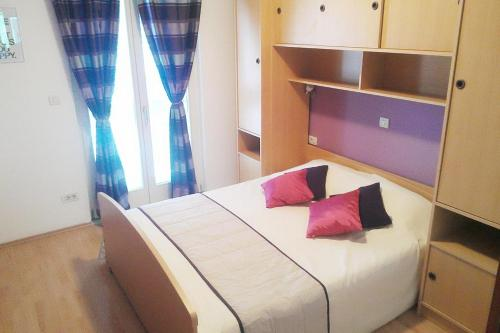 A bed or beds in a room at Apartments with a parking space Mlini, Dubrovnik - 9105