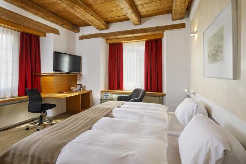 Кровать или кровати в номере Hotel Balsthal
