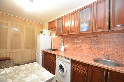 A kitchen or kitchenette at Apartment Na Shmitovskom Proezde