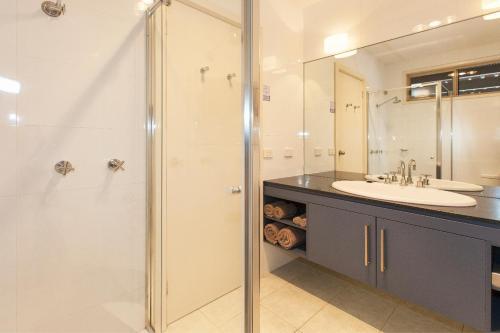 A bathroom at Ararat Motor Inn