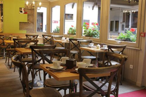 A restaurant or other place to eat at Le Gouverneur Hotel