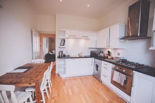 A kitchen or kitchenette at Charming one bedroom