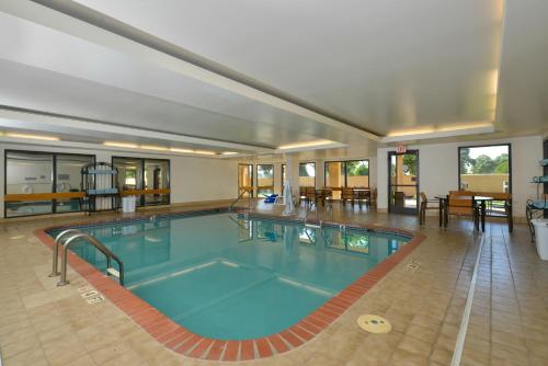 The swimming pool at or near Courtyard by Marriott Bentonville