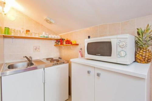 A kitchen or kitchenette at Apartments with a parking space Mlini, Dubrovnik - 4774