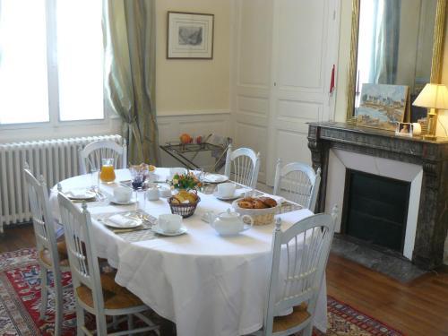 A restaurant or other place to eat at La Maison de Saumur