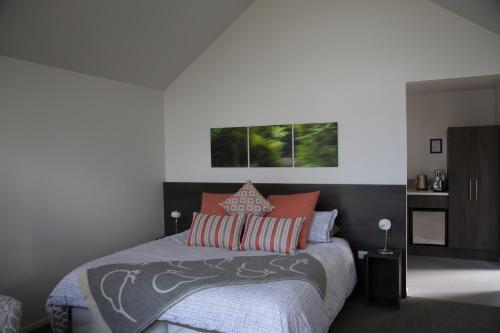 A bed or beds in a room at Church Hill Boutique Lodge & Restaurant
