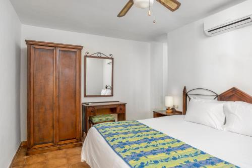 Een bed of bedden in een kamer bij Sunset Harbour Club By Diamond Resorts