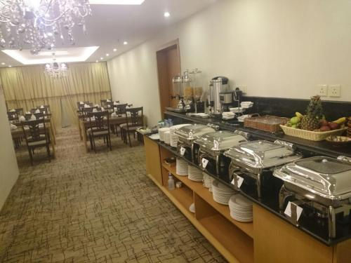 Um restaurante ou outro lugar para comer em Lavona Inn