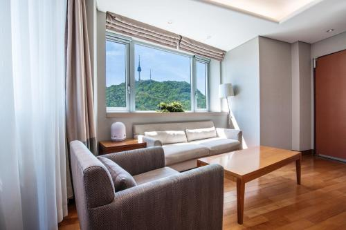 A seating area at Hotel Prince Seoul